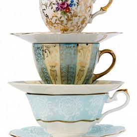 Ще ползвате ли някога тези чаши за чай? Превърнете ги в свещи, трябват ви само восък, фитили, метални накрайници, дълги дървени клечки и пистолет за горещ силикон. Можете да добавите, ако желаете, и любимите си етерични масла. Получавате най-красивите винтидж свещи!