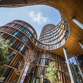 """Среброто в класацията е за КОПЕНХАГЕН. Столицата на Дания и най-голям град в Скандинавието е дом на Датския център за дизайн, на местния колеж по дизайн и технологии KEA, а също родно място на популярната по цял свят философия на щастието – хюга. Снимка: Кулите """"Аксел"""" чертаят новия централен облик на Копенхаген."""