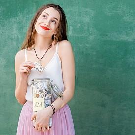 ОВЕН: Стъпките, с които напредвате по кариерната си стълба, според логиката на нещата, обещава солидни доходи. Това състояние на нещата със сигурност ще повиши самочувствието ви. Друго предупреждение: не изразходвайте парите толкова бързо, колкото обикновено, защото освен голяма сума може и внезапно да срещнете големи разходи. Добрата новина е, че финансовите промени, които правите в живота си през 2019 г., ще са в полза за вас.