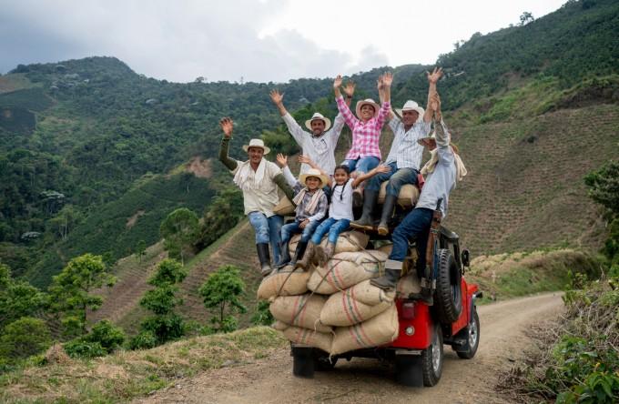 Колумбийски фермери връщайки се с реколтата на кафе от местна плантаця