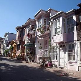 Малките улички с цветни стари къщи на о. Бююкада