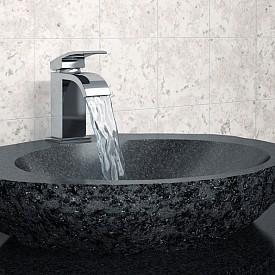 """""""За да придадете модерен вид на банята, ви съветваме да избирате санитария или мебели в необичайни цветове. Например керамична мивка в елегантно черно."""" Vitra"""