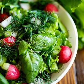 Вечеря – зелена салата с кашкавал Наредете 100 г зелена или полска салата в голяма чиния. Разбъркайте 2 с. л. олио, 1 ч. л. дижонска горчица, малко ябълков оцет и 1 с. л. вода и овкусете салата. Нарежете 40 г кашкавал (20 % или 30 % масленост) на кубчета, едно киви на лентички и една ябълка на полумесеци. Наредете ги върху салатата. Към това хапнете и 50 г пълнозърнеста филийка, намазана с 1 ч. лъжичка нискомаслено масло. Около 350 калории
