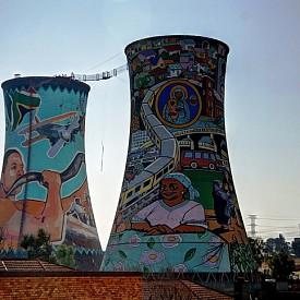 Старите съоръжения в Йоханесбург, преустроени за бънджи скокове, са с красиви графити