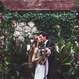 От 23 септември до 22 октомври - ВЕЗНИ - Знакът на Везните е философския символ на всеки брак - хармония, баланс и компромиси. Целият дълбок смисъл на идиличните семейни отношения е особено ясно разкрит на онези, които официално са се бракосъчетали есента. Съюзът и постоянното развитие става приоритет както за вас, така и за половинката ви. И това е прекрасно! Но се постарайте в брака, основан на постоянни отстъпки, да не загубите своята идентичност. Везните са базирани на интуицията - не се страхувайте да се доверите на шестото си чувство, дори и ако винаги се основавате на неоспорими факти от ежедневието. В крайна сметка вашият брак е защитен от Венера! И това вече гарантира много!