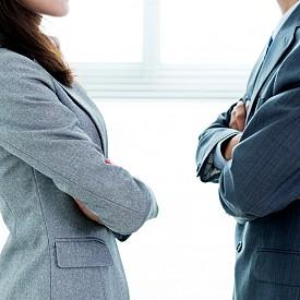 """Нежният подход: """"Не се поставяй над другите. Така създаваш разделение."""" VS Логиката на силата: """"Не отстъпвай. Така подриваш авторитета си."""""""