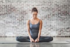СПОРТУВАЙТЕ ВСЕКИ ДЕН /  Редовните упражнения подобряват кръвообращението, което помага кожата да изглежда по-добре. Дори торбичките под очите може да бъдат редуцирани значително. 30 минути упражнения на ден са още една причина да забавите часовника за красотата си.