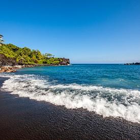 Черният плаж Хонокалани също се намира в Мауи