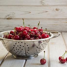 Този гевгир няма търпение да избяга от кухнята ви и да се пренесе в градината. Заменете черешите с пръст и любимото си цъфтящо растение, добавете въженца и намерете най-подходящото място за новата си окачена саксия. Можете да съчетаете дори няколко – в различен цвят.