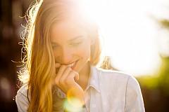 1:00 МИНУТА – УСМИВКА / 64% от мъжете казват, че именно усмивката, с която едно момиче посреща потенциалния си партньор, е решаващ фактор за по-нататъшната комуникация. Това се случва дори преди да сте си разменили първата дума.