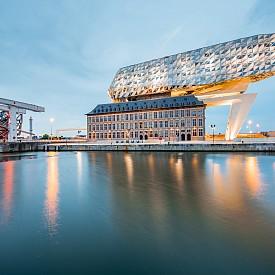 Футуристичният офис на пристанището в Антверпен е вдъхновен от формата на диамантите.