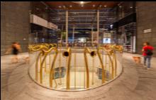 """Инсталация от тромпети, дело на Алберто Гарути, на площад """"Гае Ауленти"""" в Милано."""
