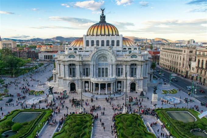 Дворецът на изящните изкуства в Мексико Сити помещава...