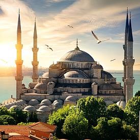 Синята джамия е една от най-популярните забележителности в Истанбул