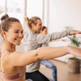 Първи ритуал: целта е тялото да се насити с кислород и да повиши скоростта на енергията. Това упражнение разкрива степента на вътрешна замърсеност: колкото по-бързо започне да ви се вие свят, толкова повече отрови има във вас. Ако например спирате пушенето, ви препоръчваме да изпълнявате този ритуал всеки път, когато ви се прииска да си запалите цигара. Така, стимулирайки естествената енергия, ще избягвате да търсите други изкуствени начини. Застанете прави, с изпънати хоризонтално ръце по продължение на раменете, с длани надолу и се завъртете около оста си. Задължително посоката трябва да е от ляво на дясно. Всяко завъртане отбелязвайте с леко забавяне. Въртете се, докато ви се завие свят, но не спирайте внезапно, а забавяйте постепенно. След това седнете или дори полегнете, докато отшуми световъртежът. Направете максимум 12 завъртания, но не злоупотребявайте - това може да отслаби жизнените сили, вместо да стимулира енергийните центрове. Децата могат да издържат много завъртания, но възрастните биха могли около 6 пъти.