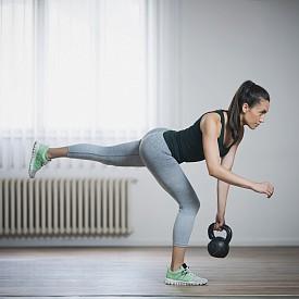 5) ТЯГА НА ЕДИН КРАК:  От изправен стоеж започнете да накланяте тялото напред, изнасяйки единия крак назад. Дръжте гирички или пудовка с изпънати към пода ръце. В крайната точка тялото ви трябва да е в една линия с дупето и изпънатия крак. Опорният е леко свит в коляното. Изправете, като приберете вдигнатия крак обратно. Повторете 10 пъти с всеки крак.
