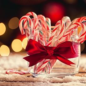 КОЛЕДНИ БАСТУНЧЕТА В края на XVII век хористите в Кьолнската катедрала в Германия получавали за Коледа захарни пръчици във формата на бастунчета. Идеята станала популярна и децата започнали да ги окачват на коледните дръвчета.