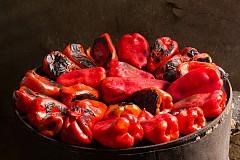 Червената чушка съдържа полезни хранителни вещества и антиоксиданти, има антивъзпалителни свойства, които правят от нея ключова храна за здраво тяло и силна имунна система. Те са богати на витамин С, който предпазва от хрема. Червените чушки могат да бъдат консумирани сурови, печени на фурна или на скара, а също и приготвени на пара. Една чаена чаша нарязани сурови чушки е достатъчна на ден, за да ви достави нужната доза витамин С.
