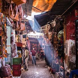 По улиците на местните пазарчета (сукове).