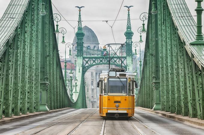 Трамвайте са популярен начин за придвижване в...