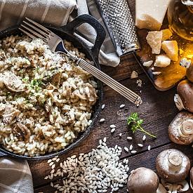 Обяд – ризото с манатарки. Накиснете във вода 20 г сушени манатарки. Запържете ги после в 1 лъжичка зехтин и ги извадете. Запържете в същата мазнина  1 нарязана главичка лук и 6 нарязани  листа салвия (гррадински чай), както и 80 г ориз за ризото. Задушавайте с 250 мл зеленчуков бульон, като го сипвате на няколко пъти. Накрая поръсете с пармезан. Около 350 калории