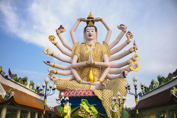 Статуята на Бог с 18 ръце в храма Wat Plai Laem