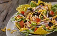 Понеделник -   Обяд: Салата от настъргани моркови и ябълки, пилешко филе на скара с пюре от картофи. / Десерт на деня: Плодов мус - Смесете 250 г сезонни плодове и ги стоплете на котлона. Разтворете в тях малко желатин, предварително размекнат в студена вода. Оставете сместа да се охлади и добавете 100 г нискомаслена извара с 1 ч.л. захар. След като разбъркате добре, прибавете един белтък, разбит на сняг. Разпределете в купички и ги оставете за няколко часа в хладилника. / Вечеря: Зеленчукова супа, постна пълнена тиквичка, натурално кисело мляко, плод.