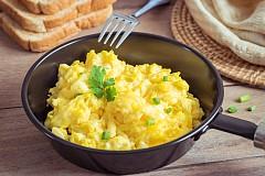 Закуска – бъркани яйца с подправки Разбъркайте добре 1 яйце, 1 с. л. зелени подправки, нарязани на ситно, малко сол, черен пипер и 2 с. л. нискомаслено прясно мляко. Изсипете тази смес в намазнен тиган и опържете. Сложете в чиния 2 филийки пълнозърнест хляб и сипете отгоре бърканите яйца. Отгоре поръсете с нарязан на ситно домат. Изпийте и една чаша айран (1,5 % масленост). Около 250 калории