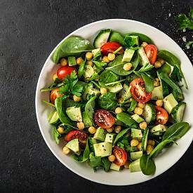 Следобедна закуска – салата с авокадо. Нарежете на ситно 50 г обелено авокадо и 1 домат. Добавете малко босилек, 1 лъжичка зехтин, 1 лъжица оцет от бяло вино и малко табаско.  Около 150 калории