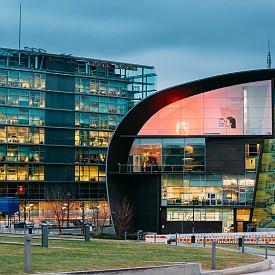 """И Топ дизайн дестинацията е... ХЕЛЗИНКИ! Обявен за Световна столица на дизайна през 2012 г., най-големият град на Финландия, където изкуството и дизайнът са неделима част от националната идентичност, е нагледна демонстрация как викингите правят дизайн. Музеят на съвременното изкуство """"Каизма"""" (на снимката) е само едно от безбройните доказателства за това. Тук архитектите са със статут на богове и дори снегът е използван за дизайнерски решения."""