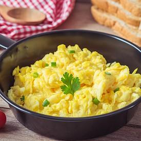 Обяд – бъркани яйца с хляб Разбийте 2 яйца с 3 с.л. обезмаслено прясно мляко, 1 щипка сол и черен пипер. Нарежете на кубчета 30 г нискомаслен кашкавал и 1 с.л. нарязан на ситно див лук и прибавете към яйцата. Изпържете яйчената смес с 1 ч.л. олио в тигана. Сипете яйцето върху една филийка черен хляб и сервирайте. Гарнирайте със салата от 100 г червено цвекло, която овкусете с малко кориандър на прах и 1 ч.л. ябълков оцет. Около 400 калории