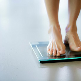 3. ВСЕ СТЕ НА ДИЕТА: Диета след празниците, диета за влизане в плажна форма, светкавична диета преди сватбата... Всеки път започваме лишенията отначало, без да си даваме сметка, че излагаме здравето си на риск, а психиката– на постоянно чувство за вина и неудовлетвореност от липсата на категорични резултати. Не, по-строгата диета следващия път съвсем не е решението. Освен че ни обрича на глад, тя ни лишава от важни хранителни вещества. Менюто трябва да е балансирано и съпроводено от цялостна спортна програма.
