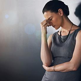 РЕДУЦИРАЙТЕ СТРЕСА / Напрежението не само ви кара да се побърквате, но и пречи на оздравяването на всякакви възпалителни процеси в тялото. Така се обострят състоянията на псориазис, екзема, акне и други. Помислете как да прилагате повече релаксиращи техники в ежедневието ви – дихателни упражнения, медитация, срещи с приятели и други подобни.