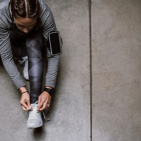 15:00 – СПОРТНО ХОДЕНЕ / Спортното ходене е подходящата умерена тренировка за средата на деня. Бързото ходене кара сърдечният мускул да изпомпва кръв, така температурата на тялото се покачва, а съдовете стават по-гъвкави.
