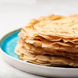 Вечеря – палачинки. Разбъркайте 125 мл нискомаслено мляко, 2 лъжици брашно и 1 жълтък. Оставете да втасва 10 минути. Обелете и нарежете  1 грейпфрут, 1 киви и 1 портокал, смесете ги с малко прясна мента. Разбийте на сняг 1 белтък с щипка сол, добавете го в сместа за палачинките. Изпържете 3–4 палачинки в тиган с 1 ч. лъжичка олио до златисто. Сервирайте с плодовата салата и 2 лъжици нискомаслна извара с ванилия. Около 350 калории