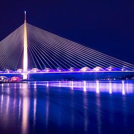 Мостът Ада, дълъг 969 м и висок 200 м