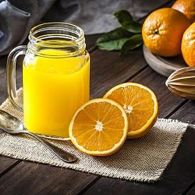 Втора закуска – портокалово смути (шейк). Изцедете един портокал и пасирайте сока заедно със 100 мл айран и 1 лъжичка овесени ядки.  Около 100 калории