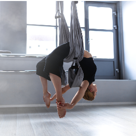 В аеро йогата често се озовавате с главата надолу.