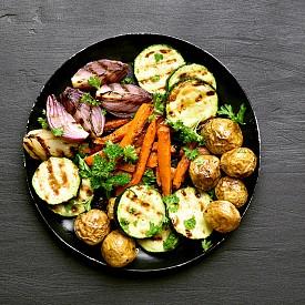 Вечеря – зеленчуци със сос. Сварете твърдо яйце, обелете го.  Пасирайте го заедно със 150 г нискомаслена извара, 2–3 лъжици газирана минерална вода, 2 лъжици нарязан див лук, сол и черен пипер. Нарежете на парчета 1 морков, 1 цикория, 200 г краставица, 50 г гъби и 2 парчета от  зелената част на целината. Сервирайте със соса. Около 300 калории