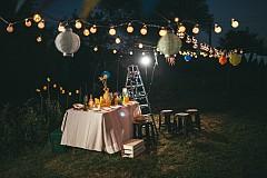 """""""Градинското осветление обикновено не е красиво, затова не бих го включила в интериора. Много по-добре е да направите обратното – да изнесете интериорното осветлението в градината."""" Вероника Блумгрен, интериорен дизайнер"""