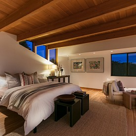 """""""Аз съм против експериментите със спалнята. За хубав сън няма нищо по-добре от класическо легло, подходящо осветление и добро проветрение."""" Мария Ватолина, дизайнер"""