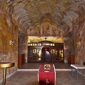 Празник под земята в Кубър Педи! Европейците заселват този апокалиптичен южно-австралийски град през 1915 г., след като откриват, че там има опалови мини. Оказало се обаче, че в Кубър Педи през лятото е прекалено топло, за да се живее нормално, и затова те изкопали цял град под земята. В тези минни тунели има всичко – църква, бар, галерия и дори единствения 4-звезден подземен хотел в света. През деня можете да търсите опали, а вечерта да вдигате наздравици под земята за посрещането на Новата година.  Вижте повече на www.umoonaopalmine.com.au и www.desertcave.com.au.