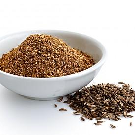 КИМИОН Според Аюрведа кимионът е една от основните подправки, полезни за здравето, тъй като е богат на желязо. Повишава стабилно имунитета. Научно доказано е, че кимионът намалява нивата на холестерола и захарта в кръвта, предпазва от остеопороза и диабет. А и съдържа ценни антиоксиданти, но не в смления вариант, а само когато е под формата на цели семена. За да запази своите свойства, той трябва да се съхранява в хладилник, а не на стайна температура.  Кимионът е от подправките, които стимулират детоксикацията, помагайки на тялото да усвои полезните хранителни вещества, да подобри храносмилането и едновременно с това да изхвърли вредните елементи. Етеричните масла, които съдържа, са незаменими в борбата с инфекциите на дихателните пътища. Кимионът е и мощно противовъзпалително средство, облекчава стомашни проблеми и кожни раздразнения.