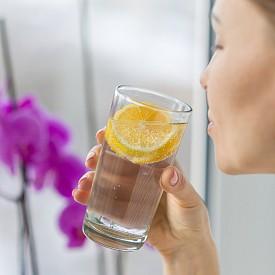1. Започвайте деня с чаша топла вода с лимон. Смята се, че пиейки чаша топла вода със сока от половин лимон на гладно сутрин, ние стимулираме храносмилателната система и изхвърлянето на отпадъците. Тялото се алкализира, възпаленията намаляват. Можете да добавите и няколко резена лимон в чашата, за да се възползвате от антибактериалните свойства на кората.