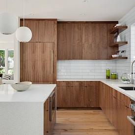 """""""При декорирането на кухнята често използвам този трик – разполагам я в максимално светло пространство, най-добре изцяло бяло, а кухненските мебели избирам в наситен цвят. Това е безпогрешен ход!"""" Лаура Алварес, архитект"""