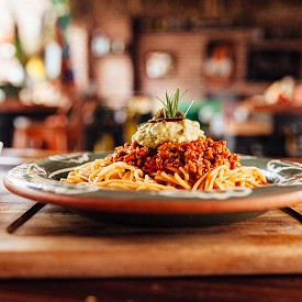 Обяд – спагети болонезе. Нарежете 150 г корени за супа и 1 малка глава лук. Запържете 50 г телешка кайма в 1 лъжичка зехтин. Добавете корените и лука, сложете сол и черен пипер. Сипете 1 лъжичка доматено пюре и задушете 5 минути, като бъркате. Прибавете 100 г доматен сок и оставете да къкри още 15 минути. През това време сварете 50 г спагети и сервирайте със соса болонезе. Можете да поръсите с 1 лъжица настърган пармезан.  Около 390 калории