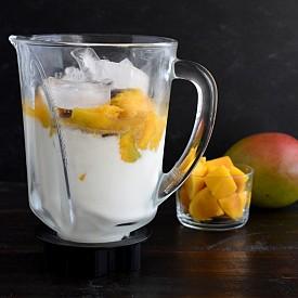 Закуска – айран с манго.  Пасирайте 150 г манго, 200 мл айран (нискомаслен) и малко лимонов сок. Веднага го изпийте. Около 250 калории.