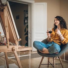 Да влезем в ролята на художник с чаша вино в ръка