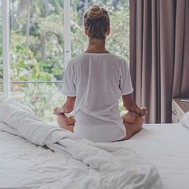 5. Дайте си време. Детоксът е възможност да обновите и възстановите не само тялото, но и духа и душата си. Така че, вместо да се претоварвате с ангажименти, олекотете графика си. Позволете си време, в което да сте насаме със себе си, да сте тук и сега. Може би искате да преоткриете радостта от четенето, да се посветите на нещата, които ви вдъхновяват, да се ангажирате отново с нещо, което сте обичали преди, като изкуство или музика, или просто да медитирате. Дайте си време. Този процес може да ви помогне да осмислите различните психически и емоционални стресови фактори, които искате да изчистите от живота си.