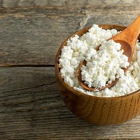 Следобедна закуска – извара с кокосови стърготини. 125 г нискомаслена извара смесете с 2 лъжици минерална газирана вода и 40 г размразени малини. Поръсете с 1 лъжичка кокосови стърготини. Около 100 калории